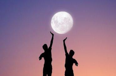 Niesamowite zdjęcia igrające z perspektywą z księżycem w roli głównej