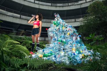 Genialny projekt fotograficzny, w którym główną rolę grają... śmieci zbierane przez 4 lata