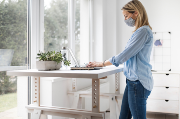 Praca przy biurku na stojąco? To zdrowe dla kręgosłupa