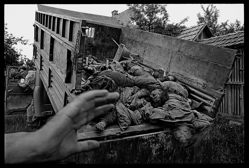 A serbian infantry attack near the village of Rahic, outside Brcko, was succesfully repulsed by Bosnian forces. The Serbs who where killed in action were collected from the battlefield and taken behind Bosnian lines. They were dumped in a farmyard, identified, and returned to their comrades the following day.